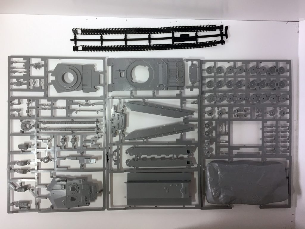 The contents of the Revell 1:76 Challenger 1